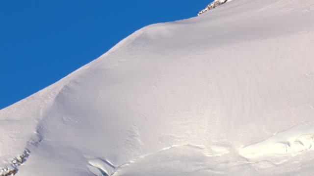 vidéos et rushes de deep snow drifts on a mountain slope. - neige fraîche