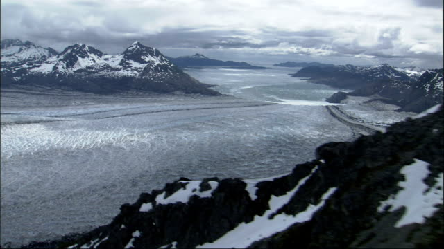 deep snow lies on the mountains overlooking columbia glacier in alaska. available in hd. - columbia glacier stock videos & royalty-free footage