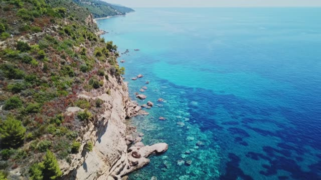 stockvideo's en b-roll-footage met diep turquoise water van de egeïsche zee en een rotsachtige kustlijn - verwonderingsdrang