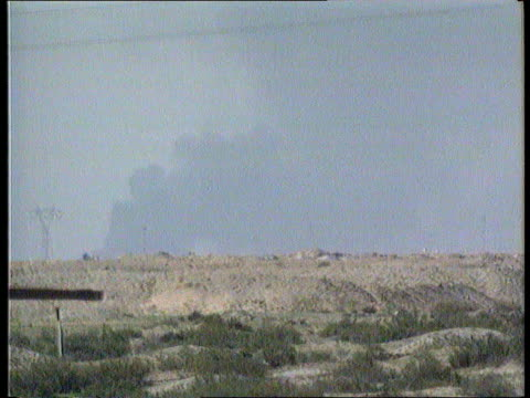 vídeos de stock e filmes b-roll de basra smoke seen rising in distance iraqi soldiers standing by sand mounds - bassorá