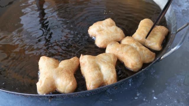 vídeos y material grabado en eventos de stock de palo de masa frito - al horno