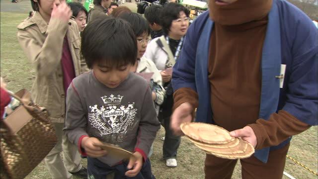 stockvideo's en b-roll-footage met deer-cracker throwing contest / mt. wakakusa - spelkandidaat