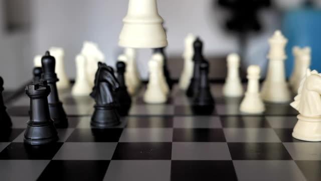 スローモーションで敗北 -- チェスプレーヤー - チェス点の映像素材/bロール