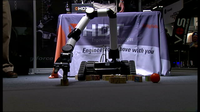 vidéos et rushes de defence security equipment international arms fair in london robotic arm lifting cubes / 'integrator' model on display / 'thales' plane / equipment... - armement