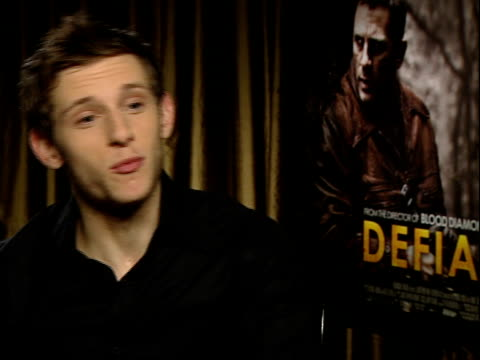 vídeos de stock, filmes e b-roll de 'defiance' film / jamie bell interview jamie bell interview sot didn't have to speak russian/ liev classically trained actor bielski brothers really... - daniel craig ator