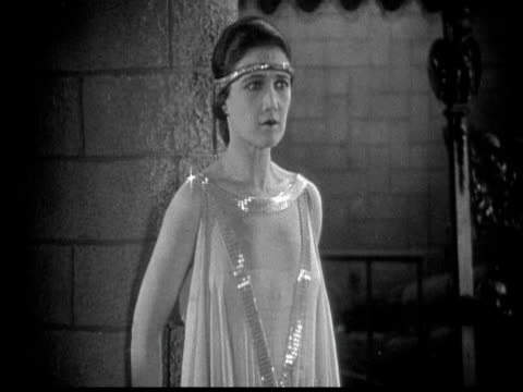 vídeos de stock e filmes b-roll de 1925 cu b/w defiant woman in castle - 1925
