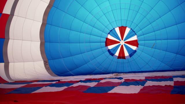 vídeos de stock e filmes b-roll de ms deflated envelope of a hot air balloon - balão de ar quente