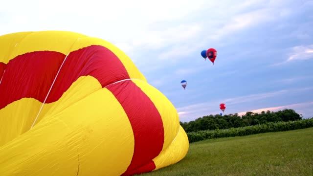 slo mo は、熱気球をしぼませます。 - 準備点の映像素材/bロール