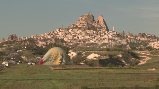 vídeos de stock, filmes e b-roll de deflating balloon, cappadocia, turkey - festa do balão de ar quente