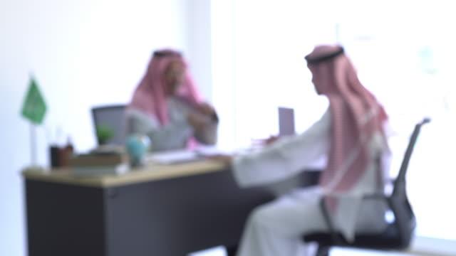 defocus arab business talk in office - saudi arabia stock videos & royalty-free footage