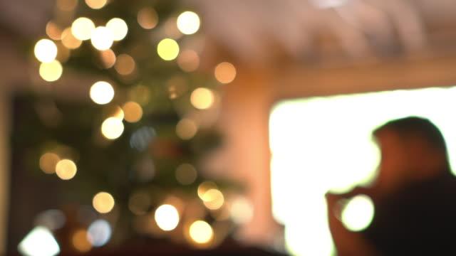 vídeos y material grabado en eventos de stock de desenfoque la luz amarilla del círculo del parpadeo en el hogar o el café con una persona - cultura de café