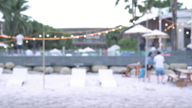 stockvideo's en b-roll-footage met defocus familie nemen foto op het strand - bar gebouw
