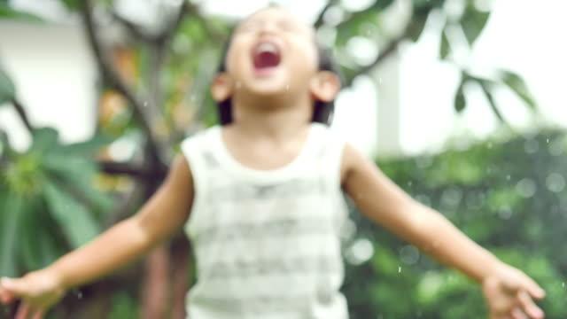 defocus: spädbarn småbarn bebis körs i grönt fält med vatten strössel - pojkbaby bildbanksvideor och videomaterial från bakom kulisserna