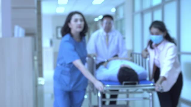 病院病棟での緊急援助の焦点を外す - 忙しい点の映像素材/bロール