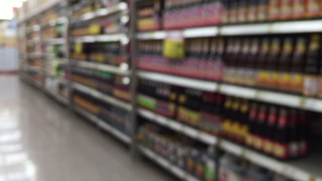 de-focused abstract background , shelf in supermarket - espositore per negozio video stock e b–roll