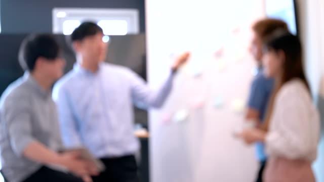 vidéos et rushes de flou défocalisé des gens d'affaires d'adolescent se réunissant et parlant du travail ou de la leçon - sans mise au point and équilibre