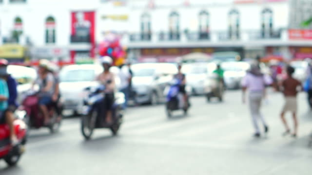 vídeos de stock e filmes b-roll de defocused busy traffic on a crossroad in hanoi - rotina