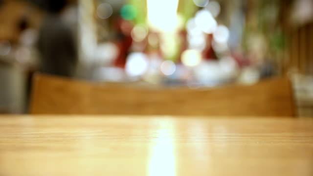 vidéos et rushes de défocalisé café cafe - table