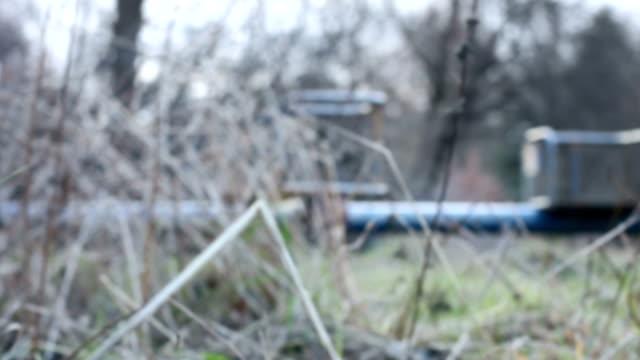 Unscharf gestellt Karussell im Gras