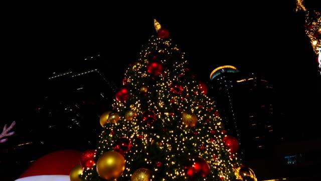 vidéos et rushes de arbre de noël défocalisé lumières à bangkok, en thaïlande. - décoration de fête