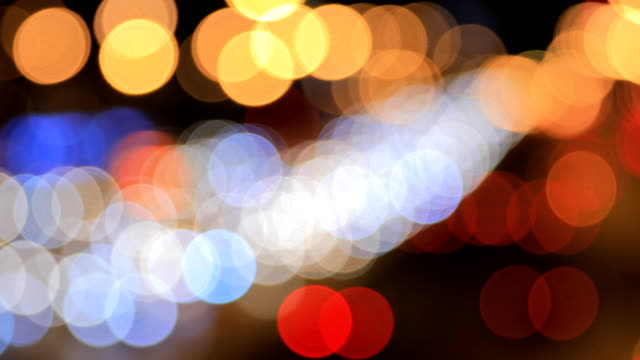 defocused city street at night - aufblenden stock-videos und b-roll-filmmaterial