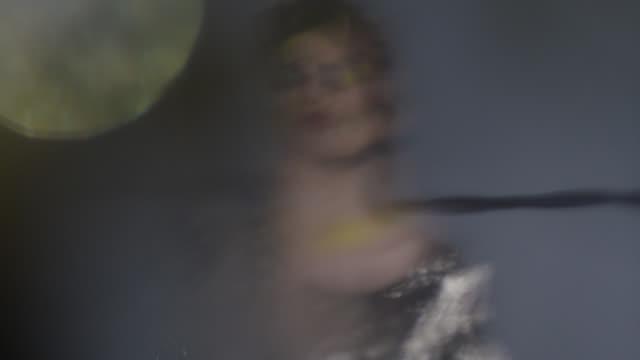 vídeos y material grabado en eventos de stock de modelo de moda defocused, sosteniendo la máscara de pestañas. video de la moda. - articulación humana