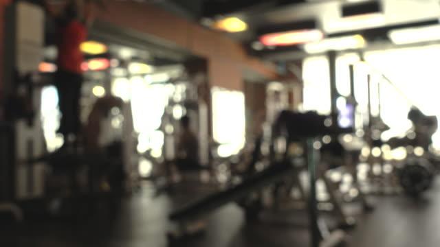 defokussiert : fitnessclub, aktive, die sport treiben - trainingsraum wohnraum stock-videos und b-roll-filmmaterial