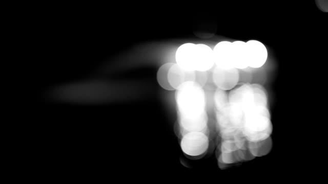 vídeos de stock e filmes b-roll de defocused fountain at night, black and white - focagem