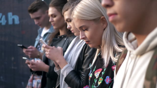 vidéos et rushes de defocused group/ warszawa/ poland - a la mode