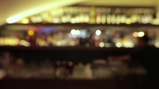 vídeos y material grabado en eventos de stock de bar declub nocturno desconcentrado. bokeh fondo de luz - pub