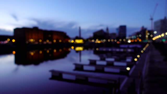 vídeos de stock e filmes b-roll de defocused of albert dock liverpool waterfront at night, uk - liverpool inglaterra