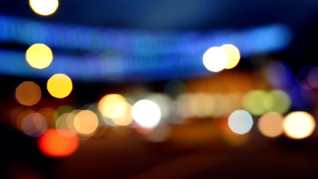 Desenfocada de intenso tráfico por la noche, Singapur