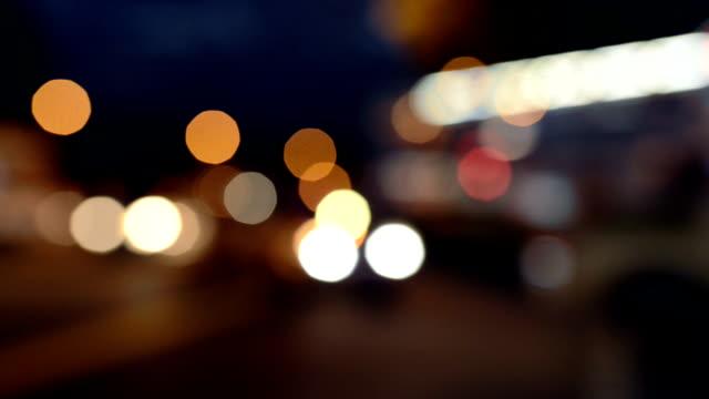 Intreepupil van het drukke verkeer 's nachts, Singapore