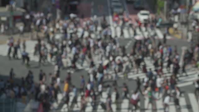 東京・渋谷の踏切でslo moデフォーカス歩行者 - 雑踏点の映像素材/bロール