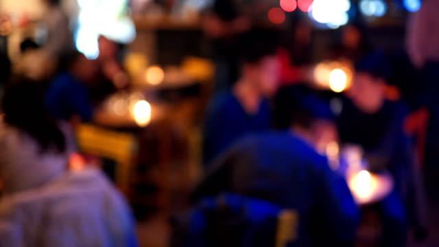 vídeos de stock e filmes b-roll de defocused people in a bar - evento