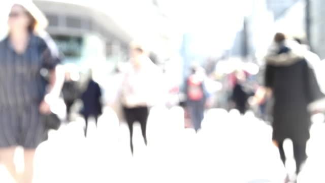 persone sfocate che camminano. pendolari o acquirenti. - blurred motion video stock e b–roll