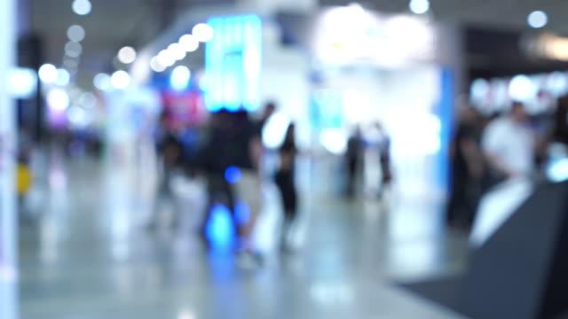 vidéos et rushes de personnes déconcentrées et méconnaissables à l'aéroport terminal - mouvement flou