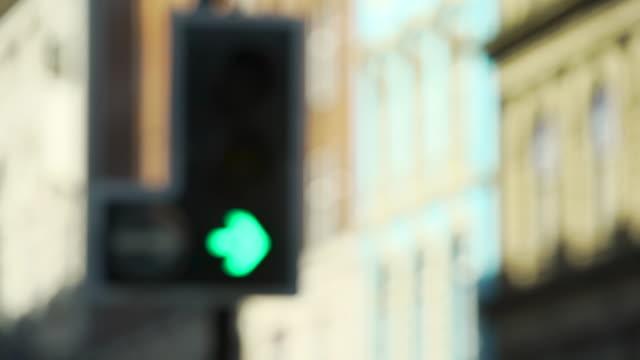 defocussed traffic light changing - traffic light stock videos & royalty-free footage