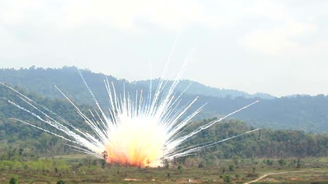 vidéos et rushes de dégénérative destruction blast - champignon nucléaire