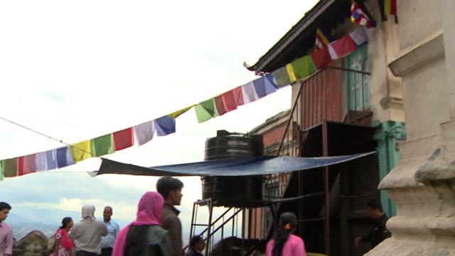 vídeos de stock e filmes b-roll de 180 degree pan in town square in nepal. - patio