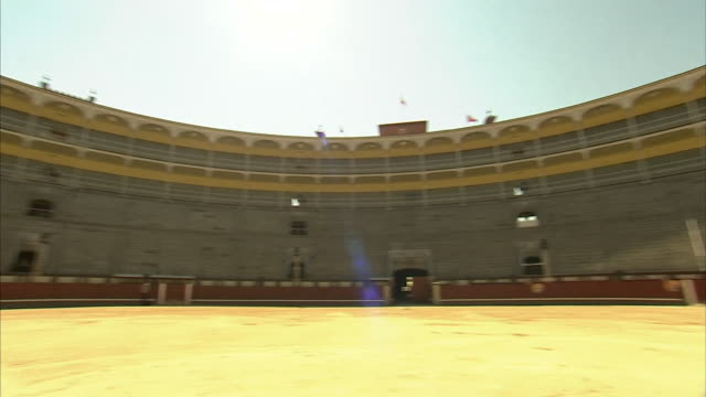 360 degree pan interior las ventas bullring, madrid - amphitheatre stock videos & royalty-free footage