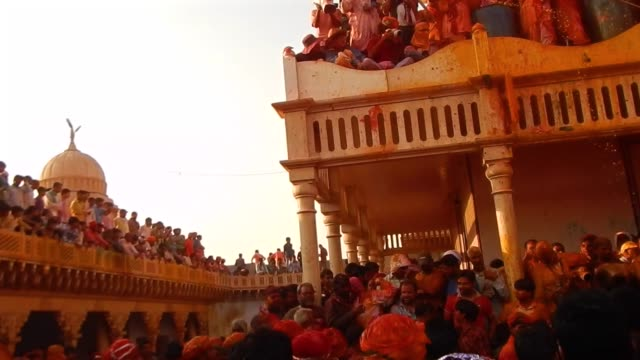 vídeos y material grabado en eventos de stock de 360 degree panoramic view of religious festivities and celebrations a inside the temple complex in nandgaon mathura the village of lord krishna holi... - krishna