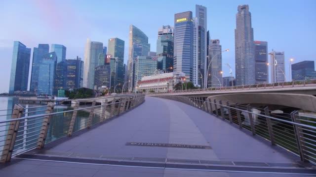 stockvideo's en b-roll-footage met 180 graden echte pannen timelapse de skyline van singapore cbd - voetgangerspad