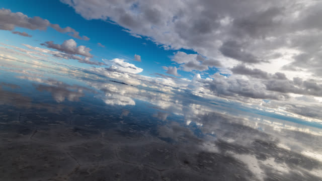 180 degrees rotation timelapse of uyuni salt flat, bolivia - ボリビア点の映像素材/bロール