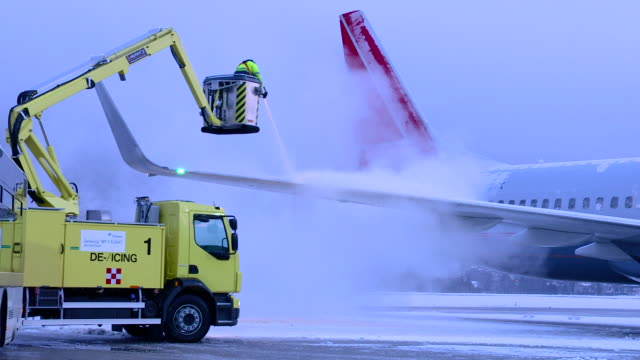 de-icing of the airplane, airport austria - repairing stock videos & royalty-free footage