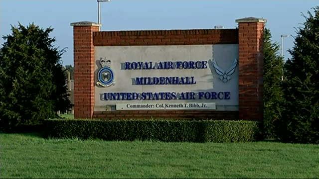 vídeos de stock, filmes e b-roll de us deicision to pull out of mildenhall airbase to cost over 500 jobs england suffolk raf mildenhall ext traffic entering raf mildenhall various of us... - biruta