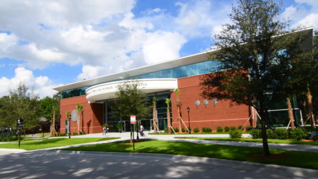 vidéos et rushes de deland florida stetson university college marshall & veralea rinkert welcome center  in small town education, 4k - school building