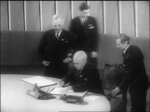 b/w 1946 delegate signing un charter as harry truman looks on / sf / newsreel - 1946年点の映像素材/bロール