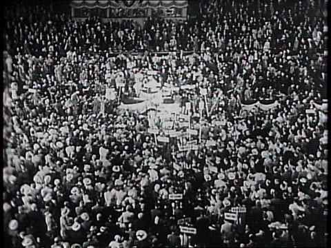 vidéos et rushes de delegates and supporters react to president franklin delano roosevelt's message / delegates and supporters wave signs and congregate on the floor of... - 1940