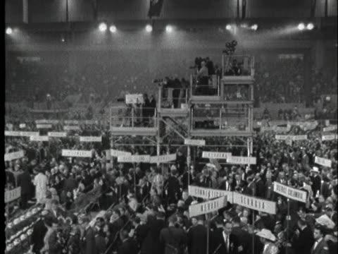 vídeos y material grabado en eventos de stock de delegates cheer at the republican national convention in 1964. - 1964